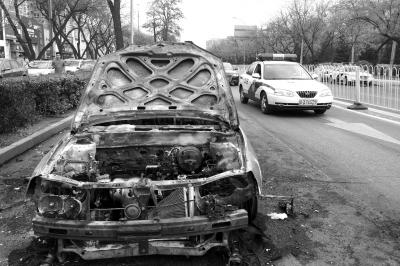 男子烧车后劫持女子 被三名群众扑倒(图) 资讯 第1张