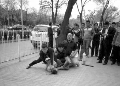 男子烧车后劫持女子 被三名群众扑倒(图) 资讯 第2张