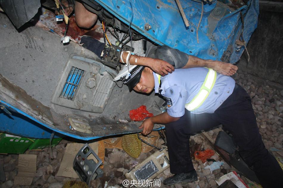 交警为减轻车祸伤员痛苦 托举其3小时2015.5.6 - fpdlgswmx - fpdlgswmx的博客