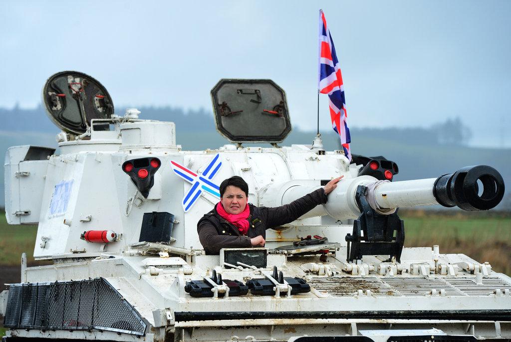 当地时间2015年4月29日,英国敦提,苏格兰保守党领导人Ruth Davidson驾驶一辆重达18吨的坦克,以强调该党将加大国防开支。