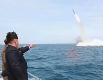韩媒:金正恩视察潜艇弹道导弹试射画面系PS
