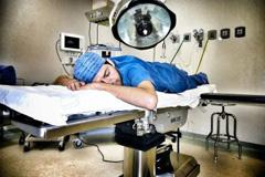 在医院睡着的医生