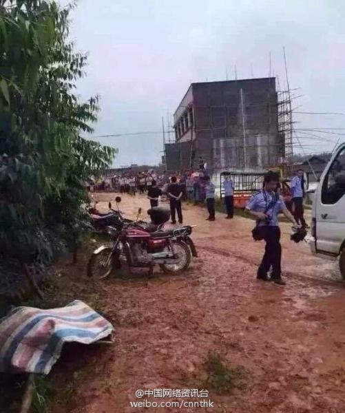 月22日上午,广西桂平市,大湾镇一幼儿园面包车在大湾与白沙交界