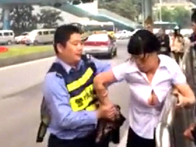 实拍女子违章与警察撕扯 自己解开胸前衣扣