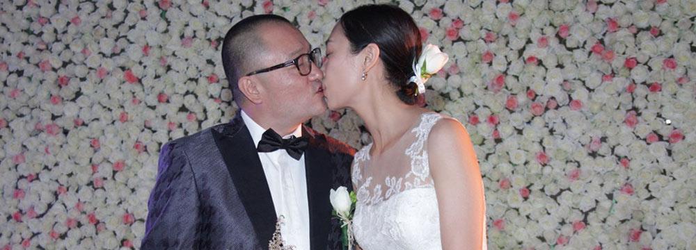 导演王小帅婚礼现场与爱妻热吻 周迅等众好友助阵