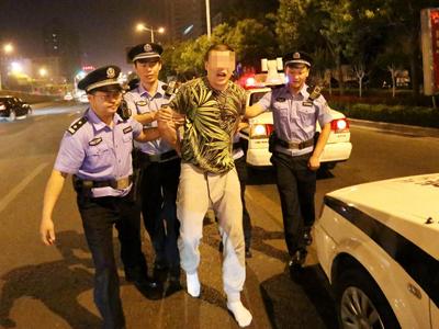 北京涉酒司机济南袭警 惹怒围观群众被教训