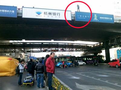 男子发狂跳下高架桥 来回走动避开消防气垫