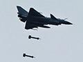 实拍歼十挂重磅航爆弹 实弹轰炸中缅边境