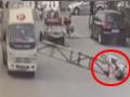 山东一货车强行撞翻限高杆 砸飞女路人
