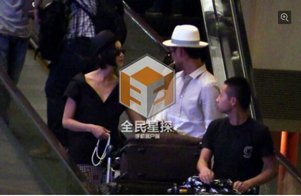 张歆艺与袁弘度假回京 小鸟依人手挽男方胳膊 第一次见穿这身来跑步的妹子