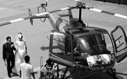 夫妻6万元租直升机结婚 400米高空播爱情宣言(图