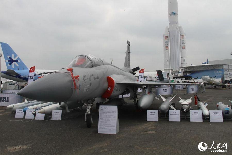 枭龙战机首亮相巴黎航展 飞行表演秀垂直爬升