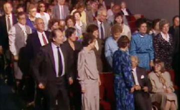 主持人请被老人救的孩子起立时,所有人都站了起来