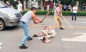 武汉:数名男子当街持棍棒殴打摊主