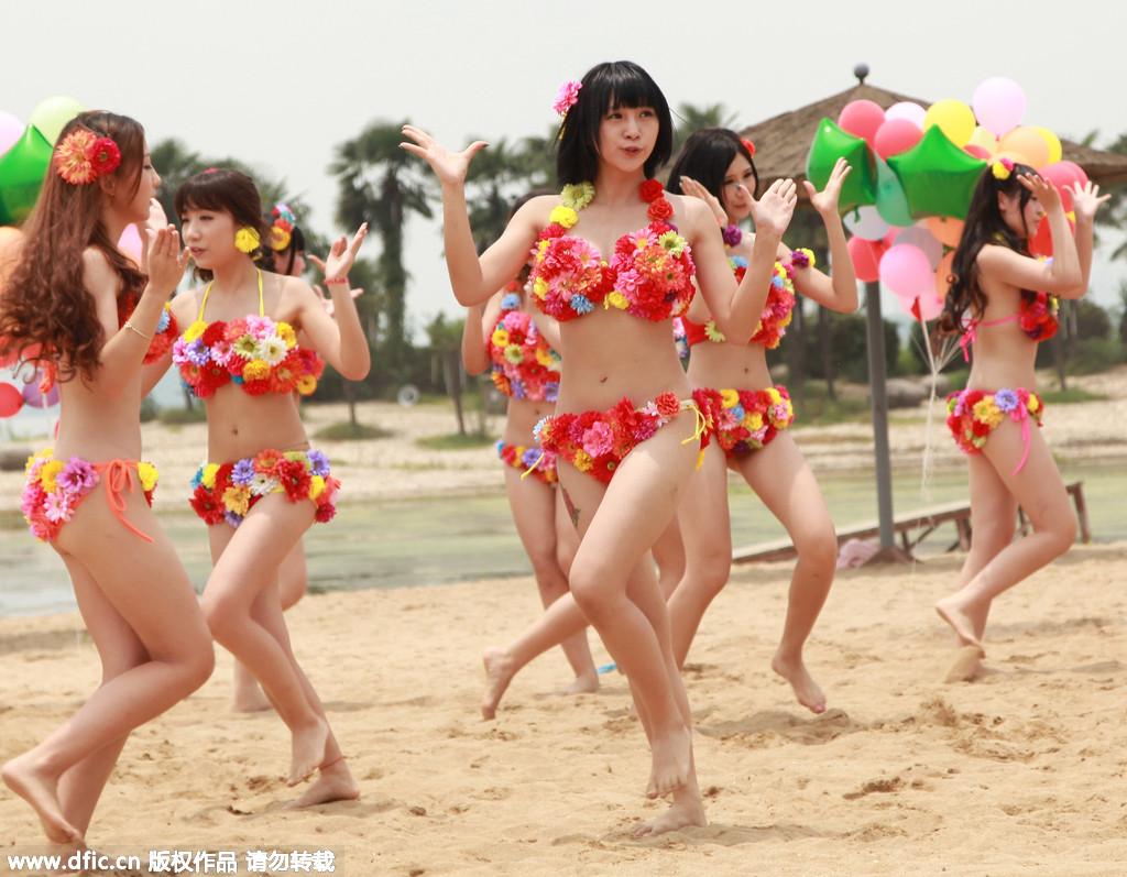 穿比基尼沙滩热舞