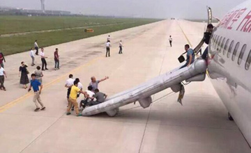 中国一架客机起飞后着火
