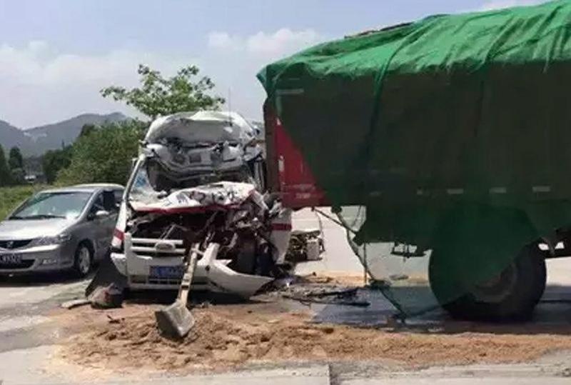 救护车救人途中撞卡车 救护队员身亡