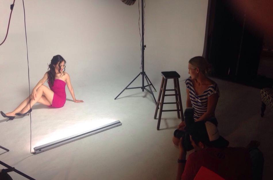 央视美女主播穿低胸裙拍照 妩媚动人高清大图