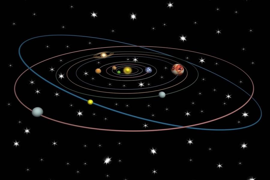 """除了天文学家的不满,冥王星本身也不够""""争气"""",和其他八个""""兄弟""""相比,它太过奇葩,比如八大行星的轨道非常接近圆形,它却是明显的椭圆,远的时候它是最远行星,而近的时候它比海王星离太阳更近。"""