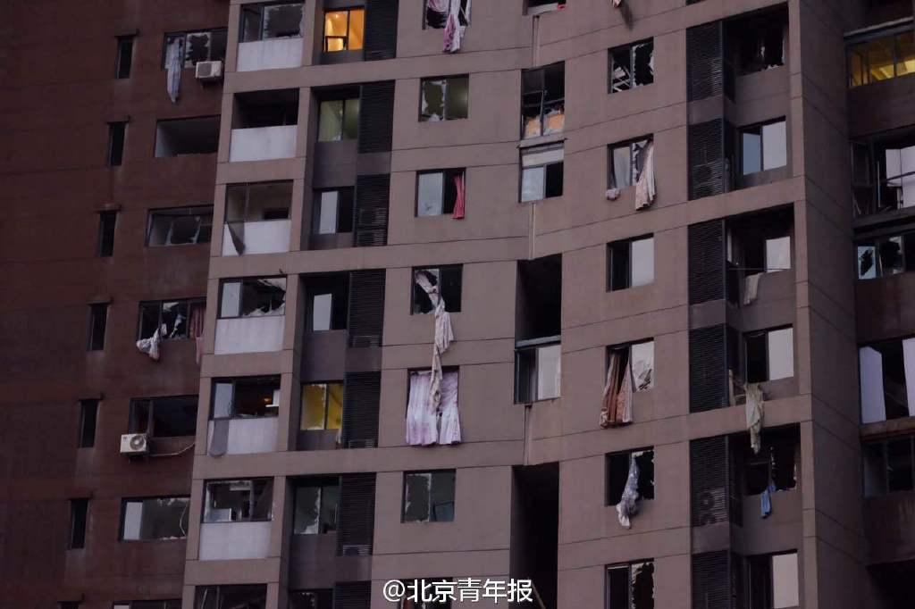 窗户外面飘的都是窗帘 北京青年报【窗户外面飘的都是窗帘】天色渐亮,记者在现场附近看到,不少民众露宿在街头。远处还能看到爆炸燃烧引起的浓烟。北青报记者正步行前往爆炸地点。沿途看到楼房玻璃全部破碎,窗户外面飘的都是窗帘。(北青报记者黄亮郁骁屈畅薛雷)