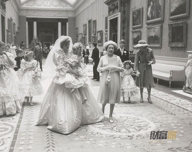 据英国《每日邮报》报道,英国查尔斯王子与戴安娜王妃1981年婚礼当