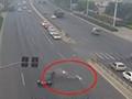 监控:女子骑车闯红灯被撞 瞬间飞出十几米断7根肋骨