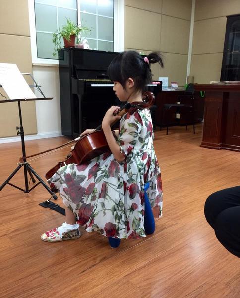 鲍蕾晒贝儿拉大提琴靓照 网友赞:未来的音乐家