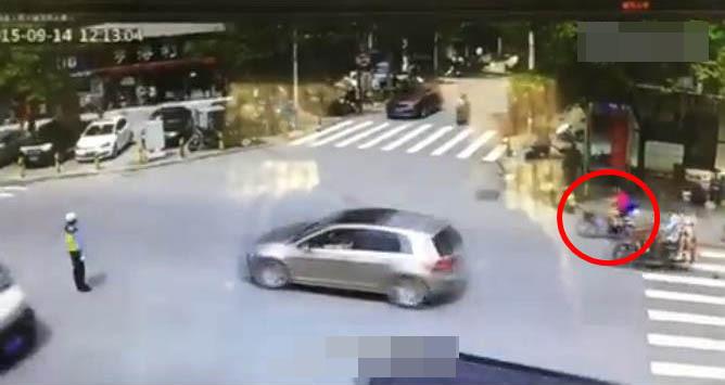 监拍小孩从自行车后座掉下遭汽车碾压