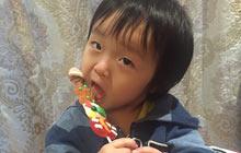 轩轩和弟弟吃棒棒糖扮可爱