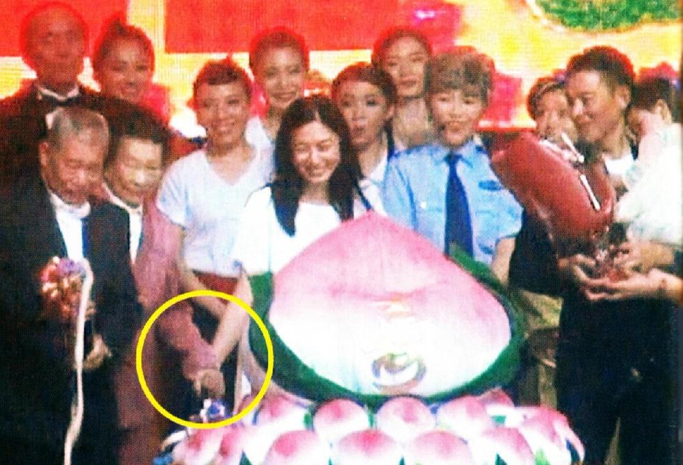 劉天王54歲了!辦生日會邀請千名粉絲「共襄盛舉」首次曝光全家福!女兒劉向蕙也太可愛了!