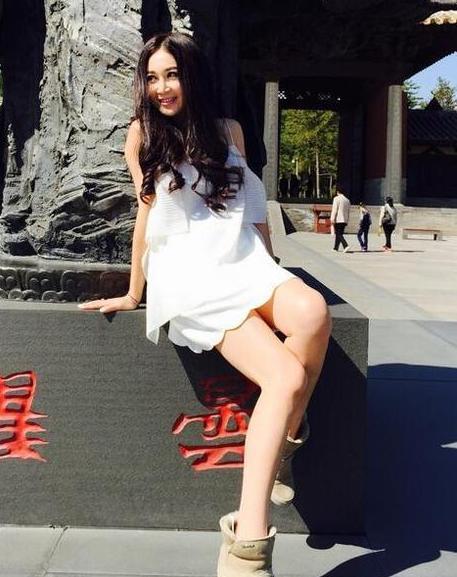 温碧霞晒旅游照 网友:裙子加雪地靴也是醉了