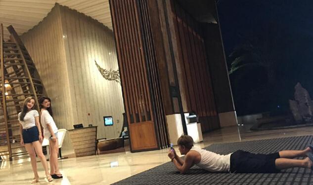 贾乃亮趴地上为李小璐拍照:不漂亮是要挨揍的(图)