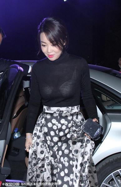 闫妮穿黑色透视装秀身材 露白色内衣