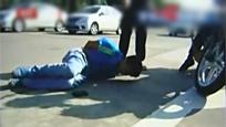 实拍偷车贼持刀抢劫撞死三人逃跑 遭群众暴打