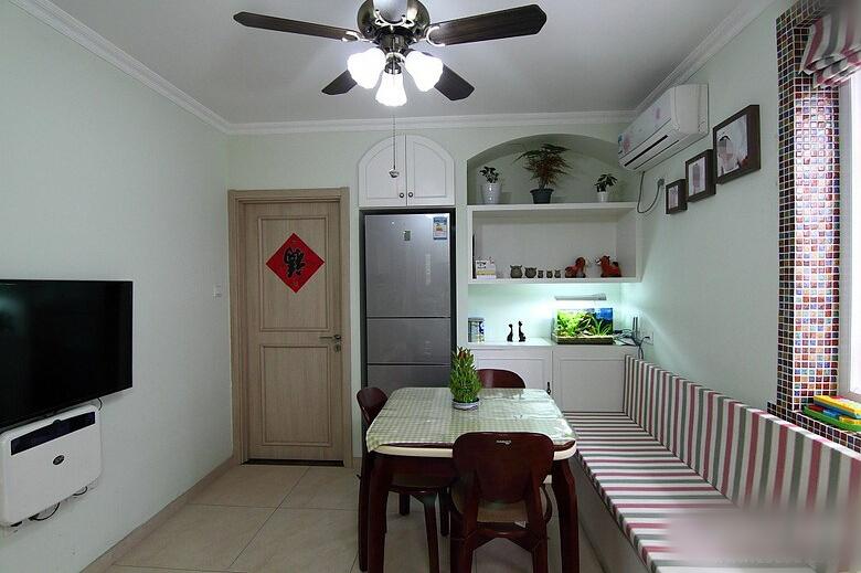 小编点评:这个小户型客厅较为狭长,进门处的墙体经过改造,凿出冰箱和图片