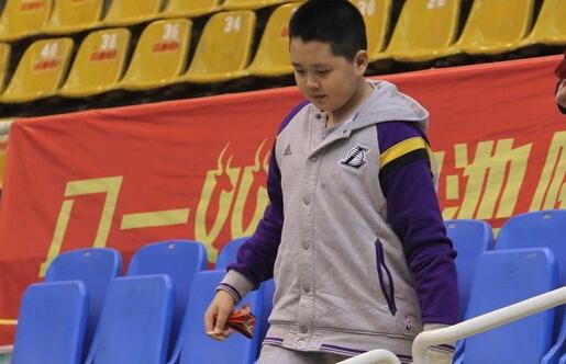 王治郅儿子罕见曝光 12岁身高已达到1米84(图