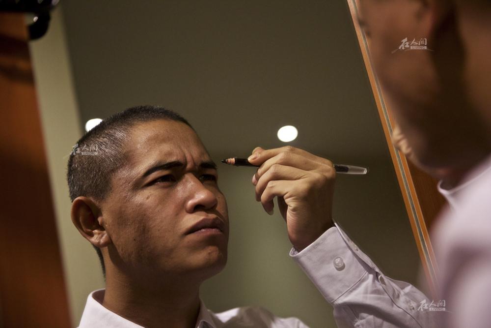 """肖基国外貌与奥巴马神似,平时演出时并没有太多化妆,仅仅只是修饰眉毛。曾有整容医院找他代言并希望将其整得更像,但肖基国一口回绝,他认为长得像是""""老天赏饭吃"""",自己也不希望永远跟奥巴马捆绑在一起,""""现在一套西装行头,两条眉毛就够了,不需要那些炒作""""。"""