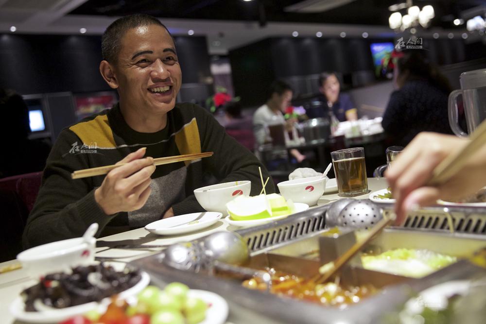 相亲时,肖基国在北京请这位四川老乡吃了一顿火锅,饮食上的共同话题让两人之间的尴尬减轻不少。