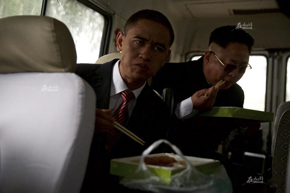 """演出空挡,肖基国和小金哥在车上吃盒饭。""""没见过奥巴马和金正恩一起在车上吃盒饭吧。""""肖基国调侃道。"""