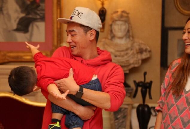 [明星爆料]应采儿晒一家三口合影 陈小春和儿子玩闹显温馨