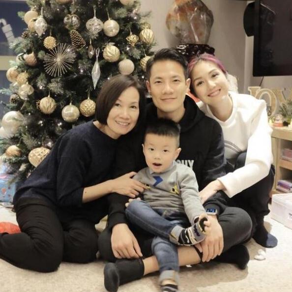 [明星爆料]众星圣诞齐享家庭欢乐 杨千嬅拍全家福应景节日