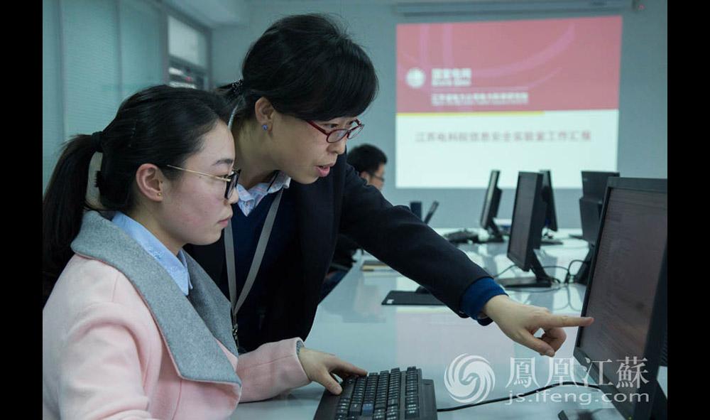 郭雅娟是国网江苏电科院的一名电力工程师。2002年河海大学计算机系毕业后,她进入了电科院,一干14年。如今,她负责电网技术和信通安全,带领一支13人的小团队。(通讯员 贾晨辰 汪霞/文 毛寿皓/摄)