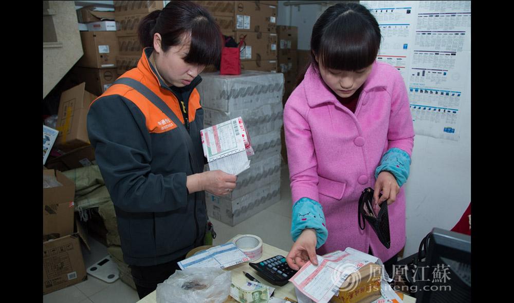 """工作之外,朱微最记挂的是自己在徐州的儿子,她说:""""目前孩子还在上幼儿园,等到他7岁,我们就把他接到南京来读书。为了孩子的将来,不多挣点不行啊!""""(汪霞/文 毛寿皓/摄)"""