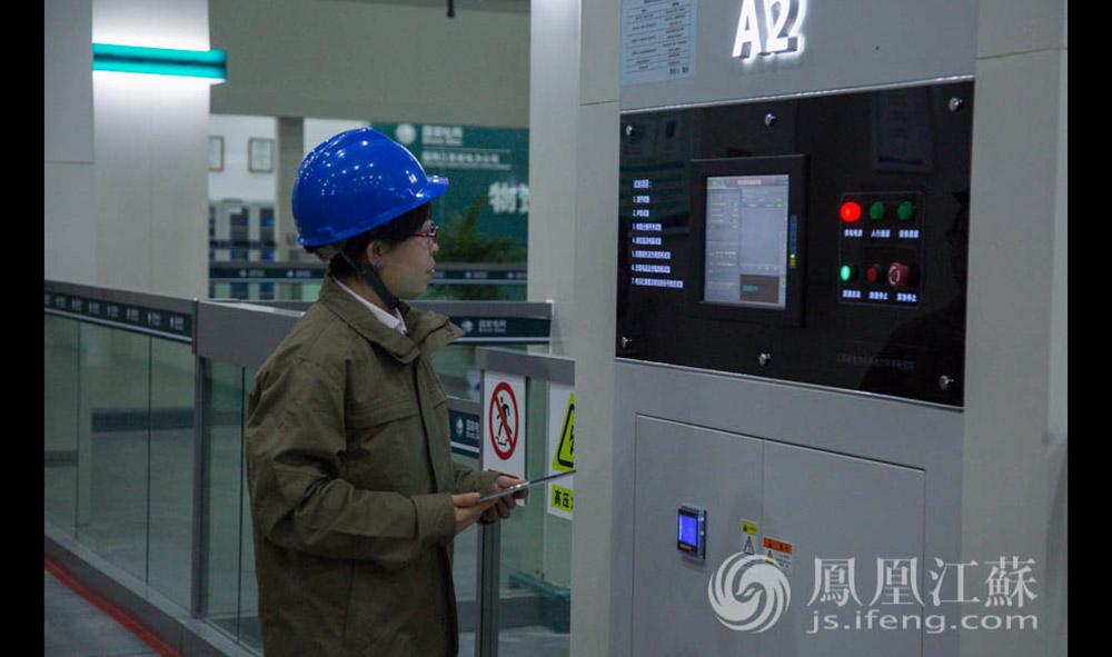 作为电科院的中层,郭雅娟的工作涉猎非常庞杂,除了专业管理之外,工会、培训、人资方面她都会涉及。(通讯员 贾晨辰 汪霞/文 毛寿皓/摄)