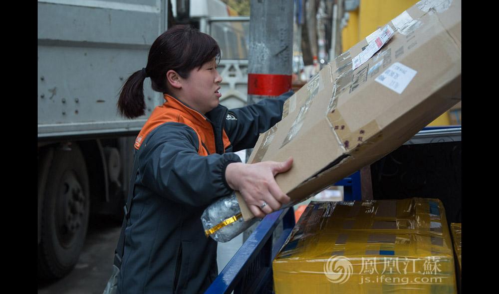 朱微(化名)是南京珠江路申通快递点的唯一一名女快递员。她和丈夫都是徐州人,2009年来南京,他们一起在这座陌生的城市打拼了7年。(汪霞/文 毛寿皓/摄)