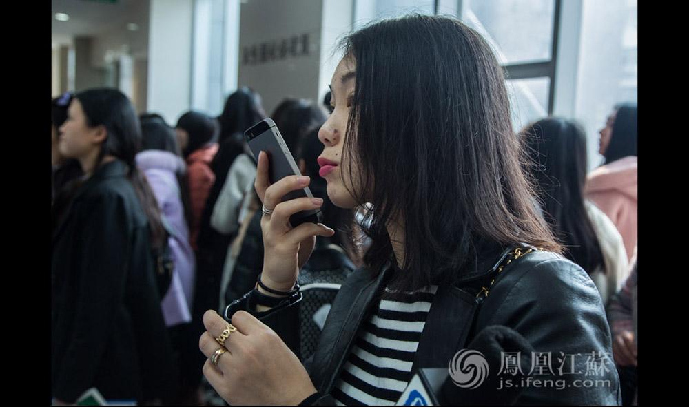 """从最初跑娱乐、财经、民生到教育,夏璐在南京媒体圈已经算半个""""老人""""了,她说:""""如今媒体圈的待遇早过了黄金时期,舆论环境也和刚入行时大不一样。""""但她仍然选择做一名记者,因为目前这个状态是她想要的。(汪霞/文 毛寿皓/摄)"""