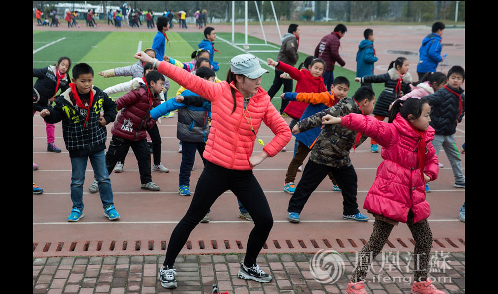 """这学期,王倩带六个班的体育课,每周要上17节课,还有额外的社团和跑操活动,每天都很忙。凤凰江苏的拍摄选在了下午,刚到学校,王倩用略带沙哑的嗓子说:""""我上午已经上了三节课了。""""(汪霞/文 毛寿皓/摄)"""
