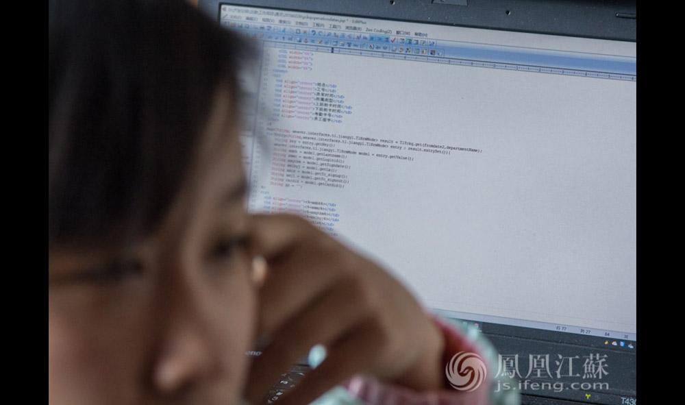 """王灿灿说:""""做了程序员之后,现在每天都很忙,这让我很有充实感。而且,做程序员无论工资待遇还是职业前景都比上一份工作好多了。""""不过,每周都要加班2到3天,还是让她有些不适应,""""这个行业需要极强的自学能力,大学学的那些现在早就淘汰了,这也让我很有压力。""""(汪霞/文 毛寿皓/摄)"""