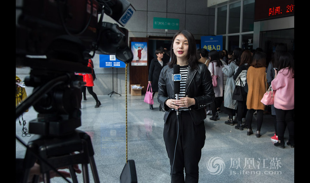 """夏璐是南京电视台十八频道的一名外景记者,从2003年进入南京广电,到如今已经走过了12年。她说,2016年对她是至关重要的一年,到了她的""""当打之年""""。(汪霞/文 毛寿皓/摄)"""