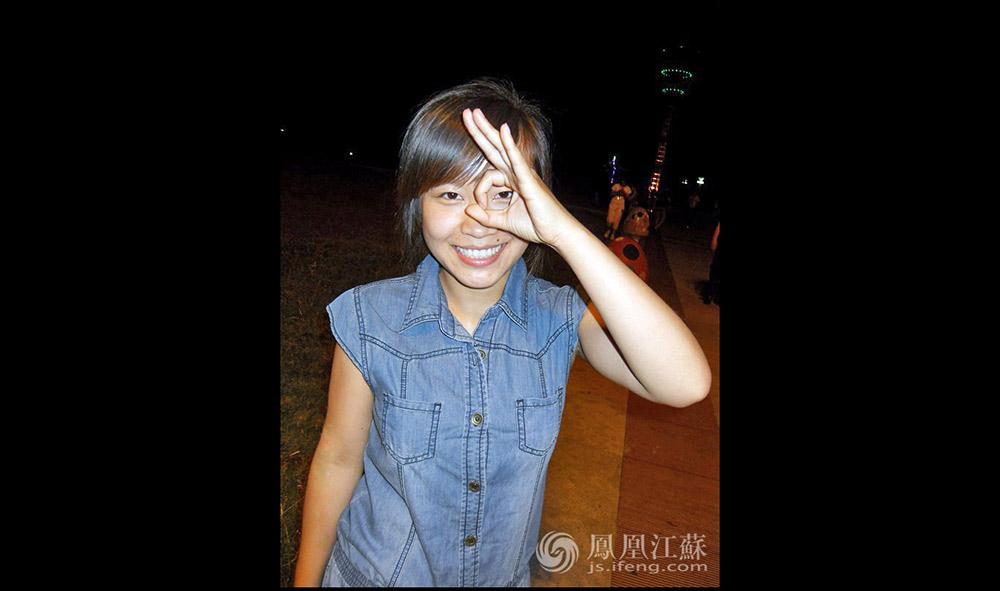 """王灿灿(化名)是一个土生土长的东北女孩,目前和老公生活在南京。她在一家华为外包公司做程序员已经半年了,负责前端开发。她经常笑说自己是一个""""不上进的程序员""""。(汪霞/文 )"""